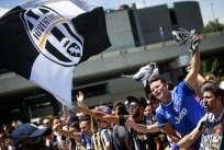 Miles de hinchas de Juventus llegaron hasta Cardiff para apoyar al elenco italiano. Foto: AFP
