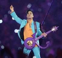 Unas 400 personas se presentaron vestidas de morado para celebrar a Prince. Foto: AP