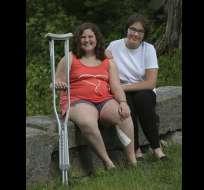 Mackenzie George (izq) y su heroína, Megan Gething. Foto: Gloucester Times