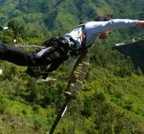 BAÑOS, Ecuador.- Según el Cuerpo de Bomberos de la localidad, el joven habría caído desde el puente San Francisco, de una altura de 25 metros. Foto referencial