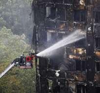 LONDRES, Inglaterra.- La primera ministra ordenó una investigación sobre lo ocurrido en el edificio de Londres. Foto: AFP