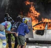 VENEZUELA.- Los estudiantes fueron arremetidos por parte de unos colectivos, afines al gobierno de Nicolás Maduro. Foto: AFP