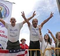 MIAMI, EE.UU.- Un grupo de cubanos-estadounidenses celebran el anuncio del presidente Donald Trump respecto a un cambio de políticas hacia Cuba. Foto: AP.