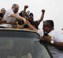 Bucaram saludó a sus seguidores durante una caminata en el suburbio oeste de Guayaquil. Fotos: Marcos Pin/API.
