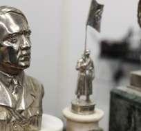 Había varias efigies de Adolfo Hitler, incluyendo este busto en metal plateado.