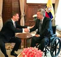 QUITO, Ecuador.- El primer mandatario recibió en el Palacio de Carondelet al alcalde de la capital. Foto: Twitter Mauricio Rodas