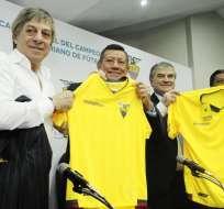 Carlos Villacís (c.) hizo el anuncio oficial en una rueda de prensa este jueves. Foto: API