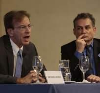 Michael Munro, abogado de Odebrecht, dio hoy una rueda de prensa. Junto a él estuvo Mauro Hueb, director regional de la compañía en Ecuador. Foto: API