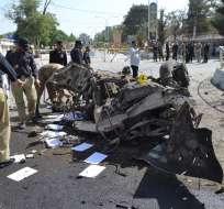 Agentes de la policía paquistaní examinan el lugar de una explosión en Quetta, Pakistán. Foto: AP