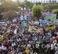 Decenas de personas se concentraron en la Plaza Grande, se mantuvieron atentos a los resultados del primer debate. Foto: Municipio de Quito