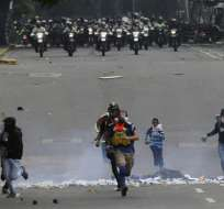 En esta imagen, tomada el 22 de junio de 2017, manifestantes corren ante el avance de las fuerzas de seguridad. Foto: AP