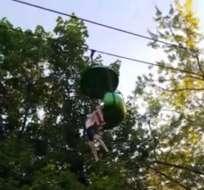 Un video del accidente publicado en línea muestra a la chica colgando de la góndola. Foto: Captura