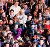 Joanne Kathleen Rowling junto a varios de sus seguidores.