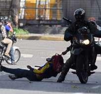 """""""¡No hay paso!"""", gritaban este lunes manifestantes que bloquearon una estratégica avenida en Caracas. Foto. AFP"""