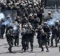 Miembros de la Guardia Nacional Bolivariana reprimen a la oposición en Caracas. Foto: AFP