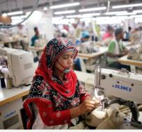 Bangladés cuenta con más de 4.500 fábricas textiles que emplean a 4 millones de personas, quienes trabajan con sueldos bajos. Foto: Tomado de Emequis.mx