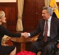Excandidata presidencial le presento un proyecto para eliminar la tabla de consumo de drogas. Foto: Twitter Lenín Moreno