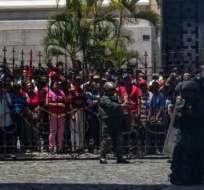 Militares y policías formaron un cordón para separar a las personas que salieron del Palacio Legislativo. Foto: Twitter @NoticiasVenezue