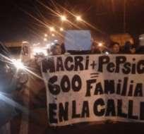 ARGENTINA.- Fuerzas de seguridad desalojaron con gases y balas de goma a trabajadores que resistían el cierre de una planta de la multinacional Pepsico. Foto: Redes sociales