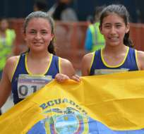 Glenda Morejón (i.) ganó oro en los 5000 metros planos del mundial juvenil de Kenia. Foto: Tomada de deporte.gob.ec