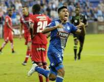 Bruno Vides (d.) anotó los dos goles de Emelec en el estadio George Capwell. Foto: API