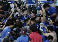 Bruno Vides (c.) celebró el gol de la victoria con la hinchada en una de las tribunas. Foto: API