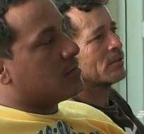 Para sobrevivir,  Gustavo Intriago y Carlos Rambay intercambiaban horas nadando y mantieniéndose a flote. Foto: Captura de Video.