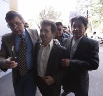 Cléver Jiménez salió hoy de la clandestinidad para aceptar la disposición judicial de colocarse un brazalete electrónico. Foto: API