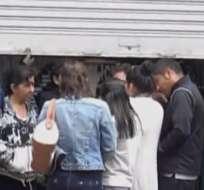 Delincuentes, con uniformes policiales, roban $20 mil de coop. de ahorro y crédito en Loja. Foto: Captura