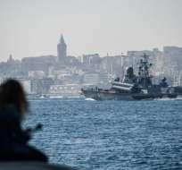 La corbeta rusa Mirazh cruza por Estambul en su ruta hacia Siria.