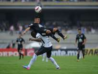 Joffre Guerrón (i.) entró al minuto 75 en lugar de Néstor Calderón. Foto: AFP