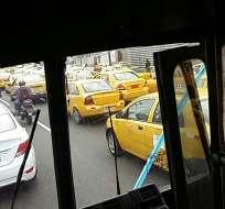 El recorrido de los taxistas inició antes de las 08h00 y está previsto que se extienda hasta el mediodía. Foto: Redes