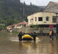 Desde el ECU 911 Austro se ha coordinado la movilización de personal y unidades de Cruz Roja para apoyar en las labores de atención de la emergencia. Foto: TW de Bomberos