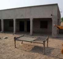 Un poblador apunta a la casa donde una de las adolescentes fue violada en Muzaffarabad, Multan, Pakistán.
