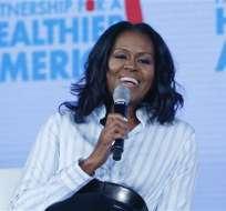 En esta foto del 12 de mayo del 2017, la ex primera dama estadounidense Michelle Obama sonríe mientras habla en la reunión de la Partnership for a Healthier American en Washington. Obama dice que romper el techo de cristal al convertirse en la primera mujer negra en ser Primera Dama en Estados Unidos le dejó algunas cicatrices emocionales. Foto: AP