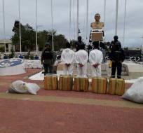 GALÁPAGOS, Ecuador.- Junto con los detenidos, se hallaron 2 motores y 15 pomas de combustible. Fotos: Cortesía Armada del Ecuador.