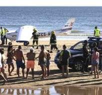 PORTUGAL.- Un avión con dos personas a bordo efectuó un aterrizaje de urgencia en la playa de Sao Joao. Foto: Medios internacionales
