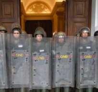 VENEZUELA.- Militares venezolanos impidieron el ingreso de diez diputados opositores al Palacio Legislativo, donde sesionará la Asamblea Constituyente. Foto: Medios venezolanos
