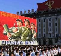 """Miles de norcoreanos se congregan para un mítin en la Plaza Kim Il Sung. El cartel dice: """"Protejan nuestra nación de la muerte"""" y """"Los corazones de 10 millones de personas están en llamas"""". Foto: AP"""