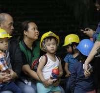 MANILA, Filipinas.- Un grupo de niños ataviados con cascos desalojan un edificio tras un terremoto. Foto: AP/Aaron Favila.