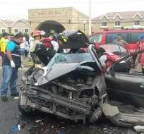 En el auto viajaban dos hombres, el copiloto quedó gravemente herido. Foto: Cortesía