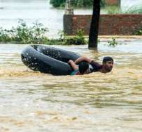 Los residentes de Nepal nadan en una zona inundada en el distrito de Birgunj Parsa, unos 200 kilómetros al sur de Katmandú, el 13 de agosto de 2017. Foto: AFP