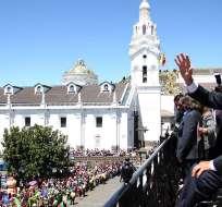QUITO, Ecuador.- El primer mandatario participó en el tradicional cambio de guardia junto con adultos mayores. Foto: Presidencia de la República