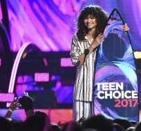 """Zendaya acepta el premio Teen Choice a la mejor actriz de una película de verano por """"Spider-Man: Homecoming"""", el domingo 13 de agosto del 2017 en Los Angeles. Foto: AP"""