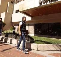 QUITO, Ecuador.- Agentes de Criminalística hicieron el reconocimiento de la suite 156, ubicada en una de las torres de un hotel de Quito. Foto: API