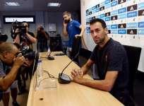 Sergio Busquets (d.) aseguró que el FC Barcelona debe reforzarse en la delantera. Foto: AFP