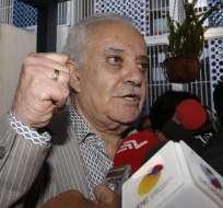 El exfiscal Galo Chiriboga, habló en rueda de prensa a las afueras de la Fiscalía General del Estado. Foto: API
