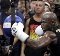 Floyd Mayweather regresó de su retiro para enfrentarse al luchador de UFC. Foto: AFP