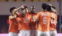 Jaime Ayoví (c.) lleva 13 goles en la China League One donde es goleador de su equipo. Foto: Tomada de la cuenta Twitter @layoya_1324