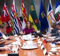 La ministra del Exterior de Canadá, Chrystia Freeland, centro, realiza una mesa redonda de consulta sobre el Tratado de Libre Comercio de América del Norte (TLCAN) con dirigentes sindicales, el 15 de agosto de 2017. Foto: AP